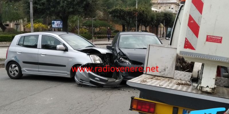 Locri, incidente stradale in pieno centro